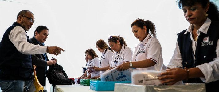 ONPE recibe las primeras actas electorales del extranjero con resultados del Referéndum